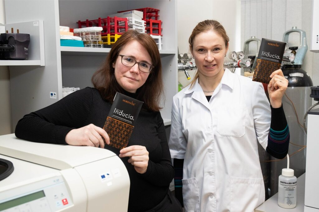 Inducia šokolaad BioCC teadlaste Liis Lutter ja Kersti Ehlich-Peets käes